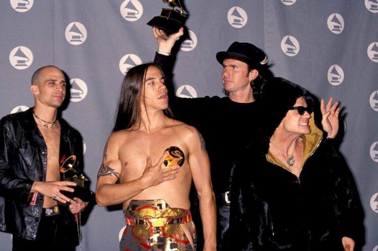 Red Hot Chili Peppers vende seu catálogo de álbuns por 140 milhões de dólares